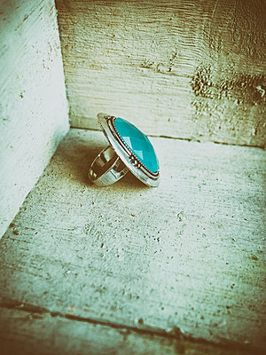 Vintage ring in a wooden box  - p794m1115485 by Mohamad Itani