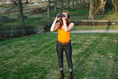 Girl with binoculars - p956m1137778 by Anna Quinn