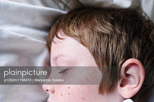 Schlafender Junge - p1262m1198410 von Maryanne Gobble
