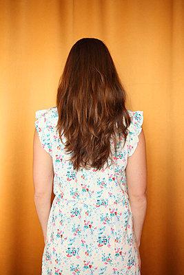 Frau mit braunen Haaren - p045m924344 von Jasmin Sander