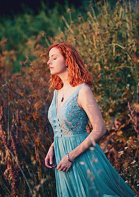 Woman wearing evening gown, portrait - p1695m2290937 by Dusica Paripovic