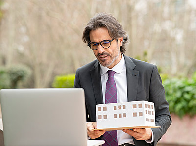 middle-aged businessman in the big city, Madrid / Spain - p300m2275086 von Jose Carlos Ichiro