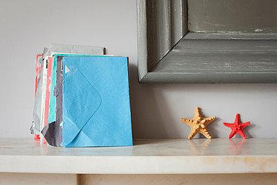 Envelopes and starfish on mantelpiece - p924m806988f by Ian Nolan