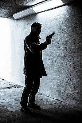 Bewaffneter Mann - p975m954196 von Hayden Verry