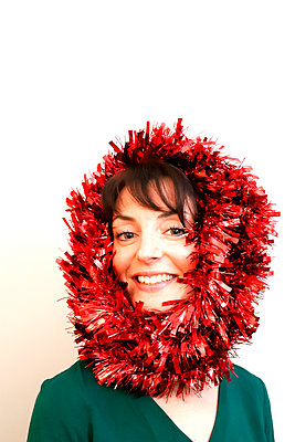 Woman with Christmas wreath around the head - p1521m2141356 by Charlotte Zobel