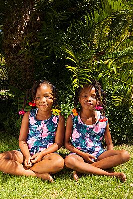 Schwestern im gleichen Look - p045m1424275 von Jasmin Sander