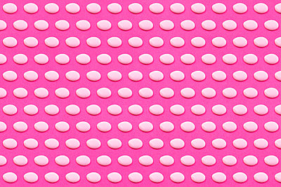 Pattern of white liquid drops against vibrant pink background - p300m2198256 by Gemma Ferrando
