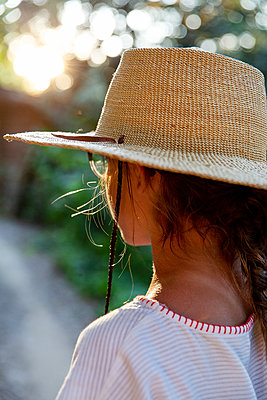Girl wearing straw hat - p756m2125058 by Bénédicte Lassalle