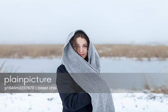 Russia, Young woman with scarf in snowy landscape, portrait - p1646m2237670 by Slava Chistyakov