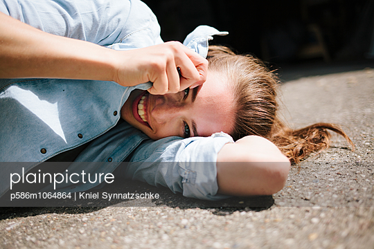 Young woman fooling about - p586m1064864 by Kniel Synnatzschke