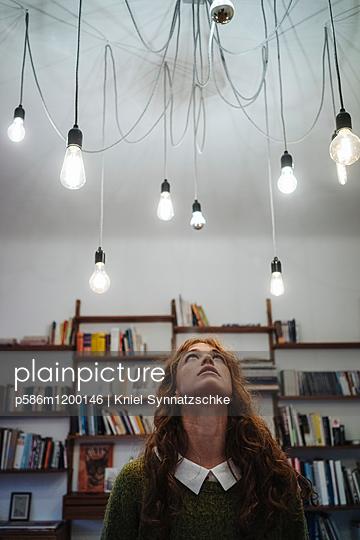 Mehrere Glühbirnen an der Zimmerdecke - p586m1200146 von Kniel Synnatzschke