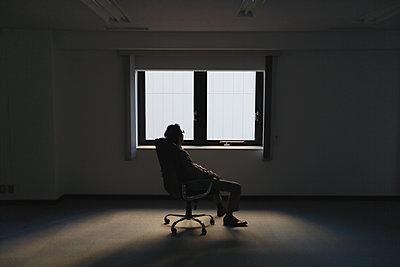 Japanese businessman in a modern office - p307m1167600 by Yosuke Tanaka