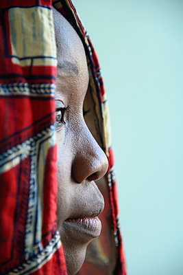 African woman with hood in profile - p427m2285923 by Ralf Mohr