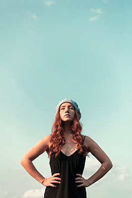 Young woman wearing cap, portrait - p947m2273198 by Cristopher Civitillo