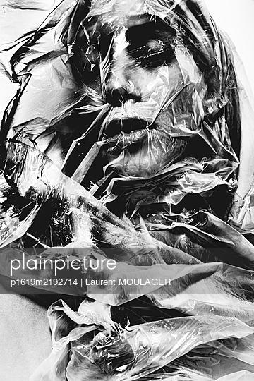 Frau hinter einer Folie - p1619m2192714 von Laurent MOULAGER