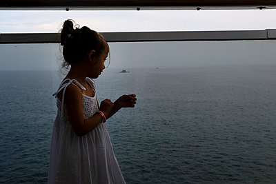Cruise ship, Little girl - p1105m2125114 by Virginie Plauchut