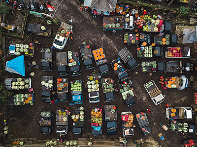 Aerial view of fruit market - p1166m2095146 by Cavan Images