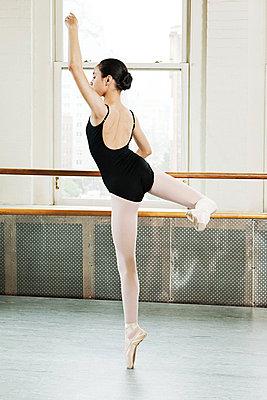 Ballerina en pointe - p9245528f by Image Source