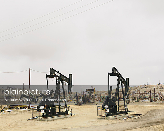 Oil rigs and wells in the Midway-Sunset shale oil fields, the largest in California - p1100m876700f by Paul Edmondson