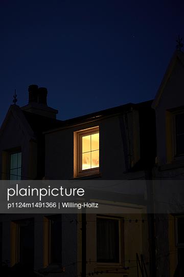 Beleuchtetes Fenster - p1124m1491366 von Willing-Holtz