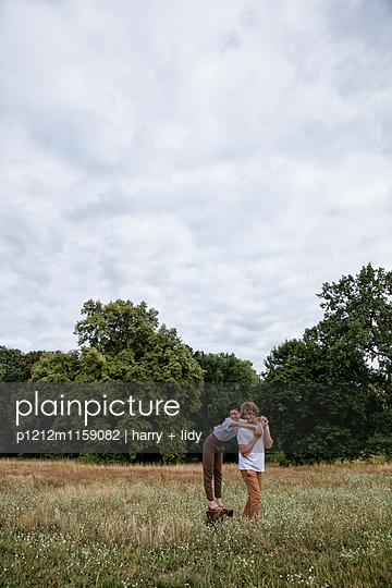 Junges Paar an einem Baumstumpf - p1212m1159082 von harry + lidy