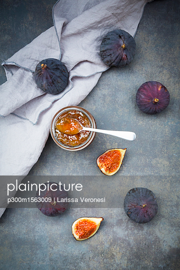Organic figs and a glass of fig jam - p300m1563009 by Larissa Veronesi