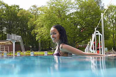 Young woman in swimming pool - p1310m1168556 by Uwe Ditz