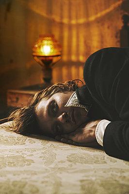 Stylischer Mann in einem Zimmer  - p1577m2272907 von zhenikeyev