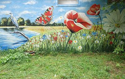 Rasenfläche und Wandmalerei mit blühender Wiese - p1590m2224798 von marion blomeyer