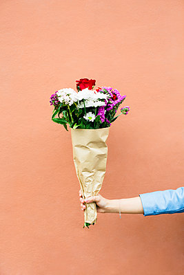 Woman holding bunch of flowers - p300m1140904 by Bonninstudio