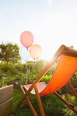 Luftballons und Liegestuhl - p464m1496641 von Elektrons 08