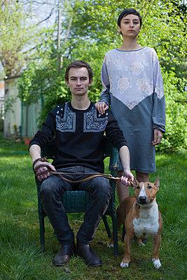 Paar mit Hund - p906m946055 von Wassily Zittel