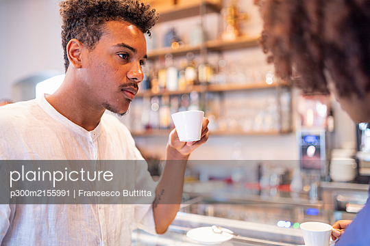 Couple drinking coffee in a cafe - p300m2155991 by Francesco Buttitta