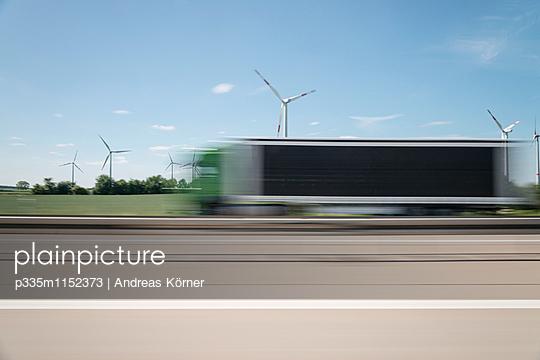 Windpark an der Autobahn verschwommene Sicht - p335m1152373 von Andreas Koerner