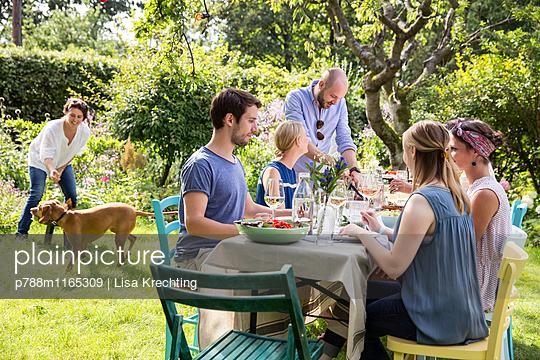Sommerfest im Garten - p788m1165309 von Lisa Krechting