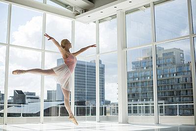 Ballerina practicing a ballet dance - p1315m1230694 by Wavebreak