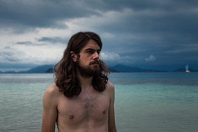 Young man with bare chest on the beach - p1324m1441276 by michaelhopf