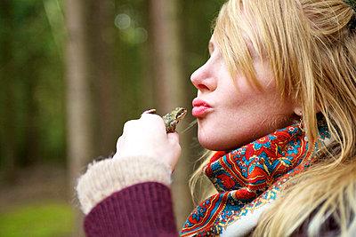 Woman kissing a frog - p6650094 by Roman Thomas