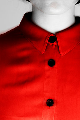 Red dress with black buttons, close-up - p975m2286094 by Hayden Verry