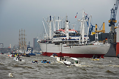Harbour party - p096m1586535 by Helga Lorbeer