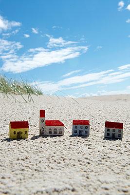 Holzbausteine im Sand - p451m1466913 von Anja Weber-Decker