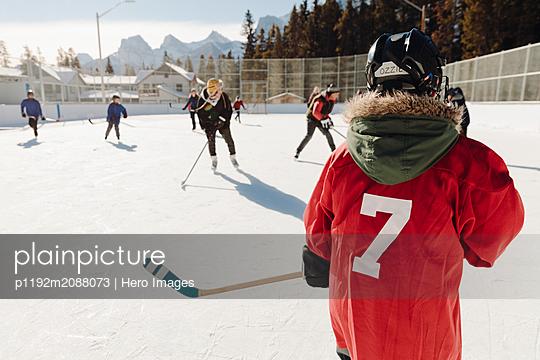 plainpicture - plainpicture p1192m2088073 - Community playing outdoor i... - DEEPOL by plainpicture