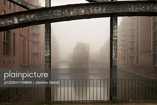 Speicherstadt im Nebel, Dienerreihe, Holländische Brook - p1222m1104840 von Jérome Gerull