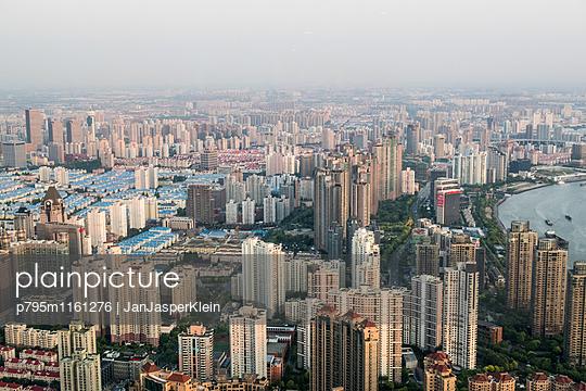 Shanghai von oben - p795m1161276 von Janklein