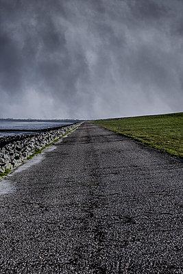 Straße am Deich - p248m1025374 von BY
