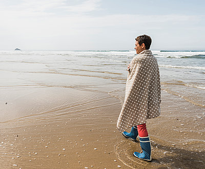 Mature woman walking on the beach - p300m1189378 by Uwe Umstätter