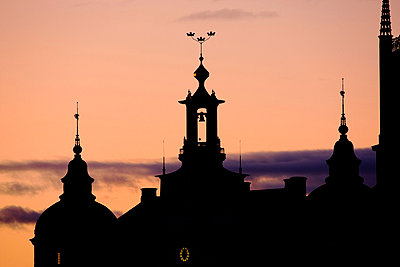 Silhouette of buildings at dusk - p312m714747 by Bruno Ehrs
