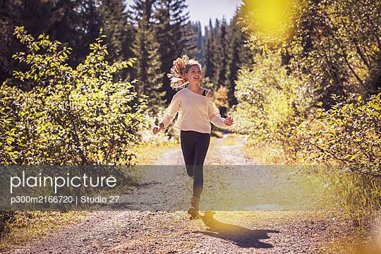 Young girl running and having fun in mountain scenery. Achenkirch, Austria. Europäisch - p300m2166720 von Studio 27