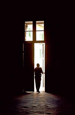 Mann im Gegenlicht - p382m1559153 von Anna Matzen