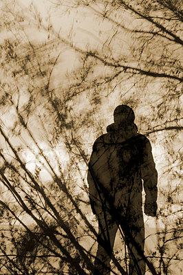 Silhouette eines Mannes - p470m658696 von Ingrid Michel